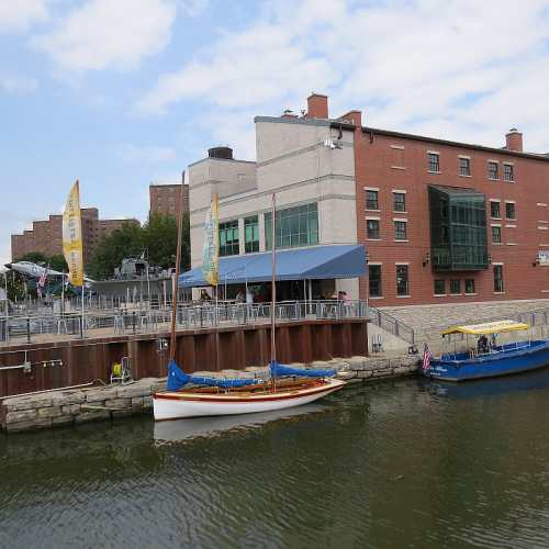 Liberty Hound Restaurant, Buffalos Canalside, photo by Mike Keenan