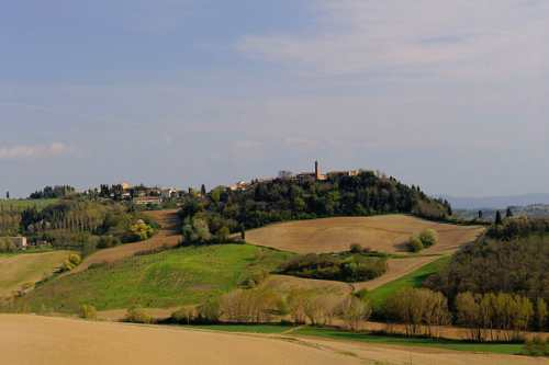 Hilly landscape in Tuscany, photo by Wikimedia Commons