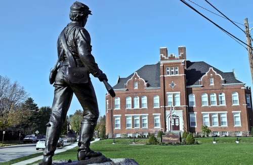 Gettysburg, PA, Union soldier in front of Federal Pointe Inn, photo by Mike Keenan